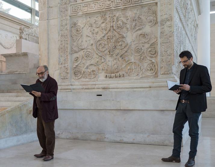 Alessandro-Haber-legge-Lamenti-di-Gabriele-Tinti-Museo-dellAra-Pacis-Courtesy-Dino-Ignani